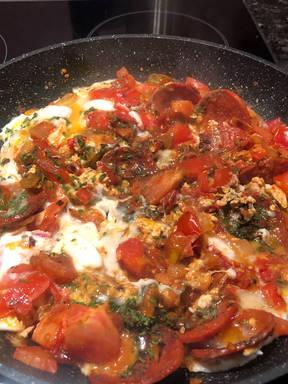 Türkisches Omelett mit Sucuk