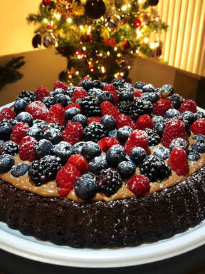 Soft tart with chocolate and berries