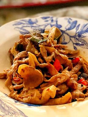 平菇炒肉 champignons et porc sautés
