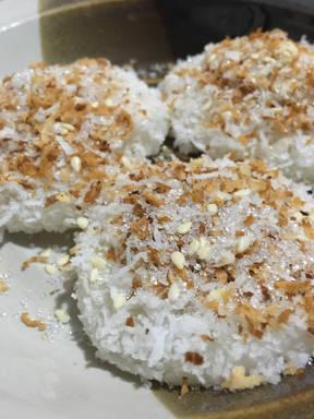 Palitaw (sticky rice dumpling)