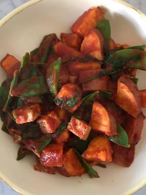 Süßkartoffeln mit Tofu, Zuckerschoten und Tomatensauce
