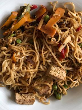 Asiatische Nudeln mit Gemüse und Tofu