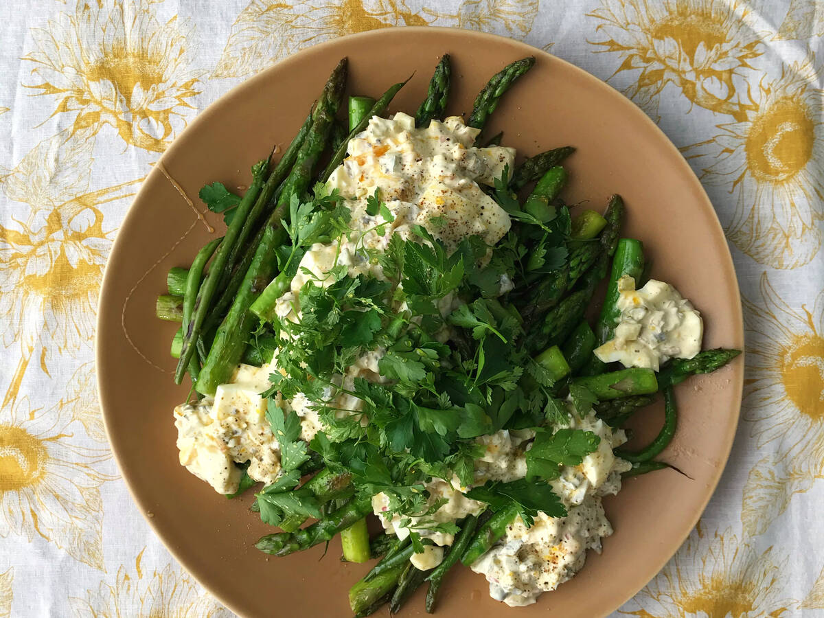 Grüner Spargel Salat mit Ei