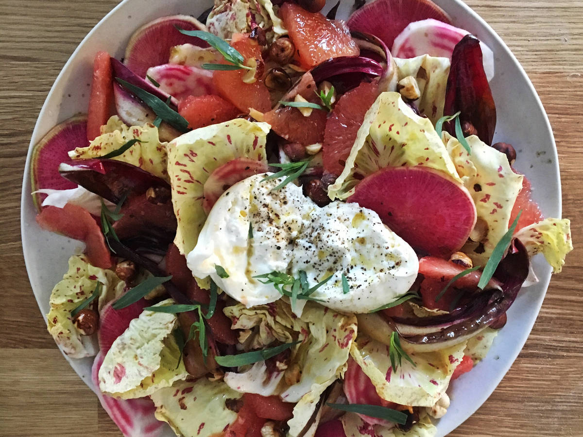 Radicchio salad with grapefruit and burrata