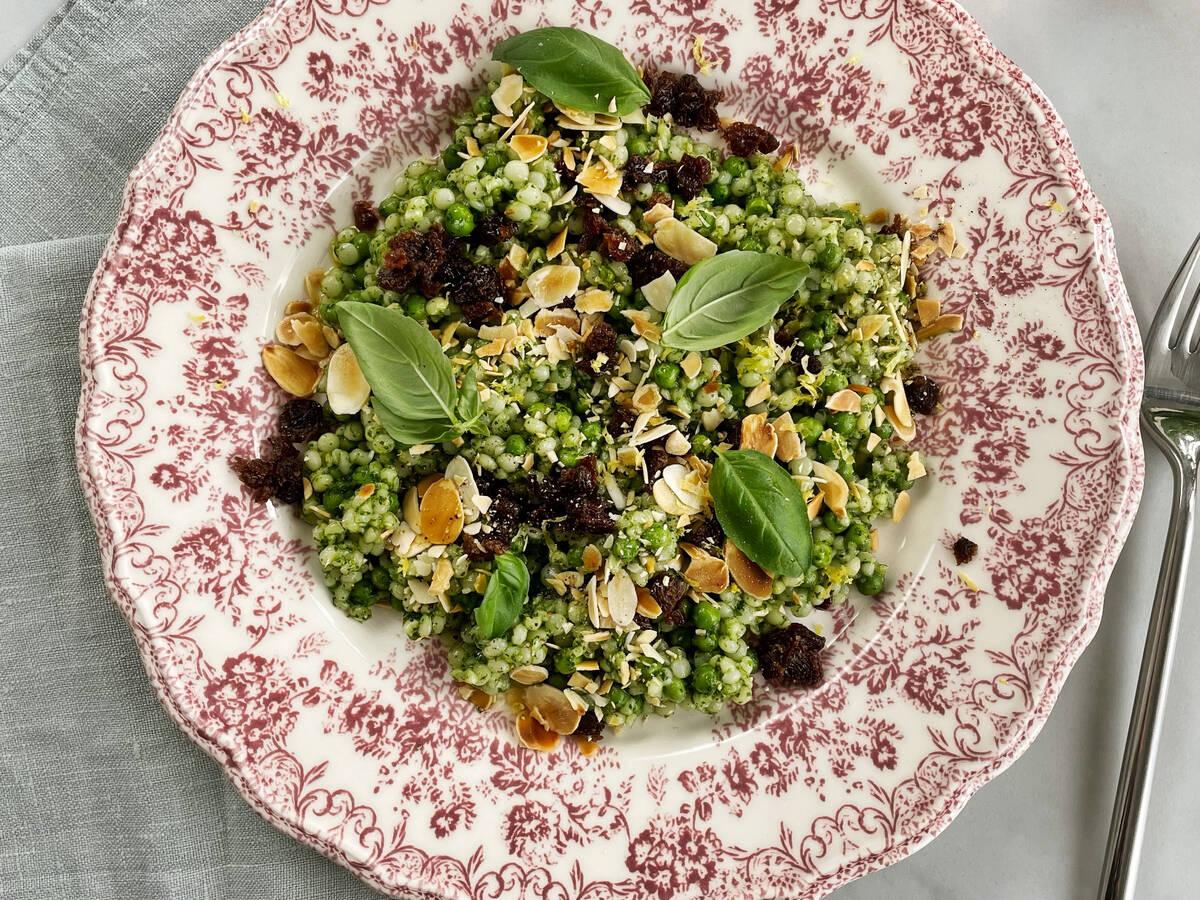 Perl Couscous Salat mit Erbsen und Pesto