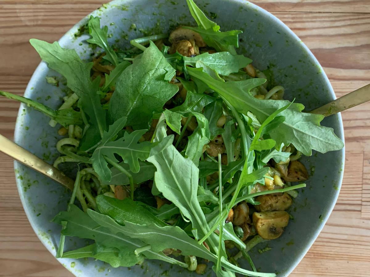 Vegane Bärlauch-Pesto-Pasta mit Pilzen und Rucola