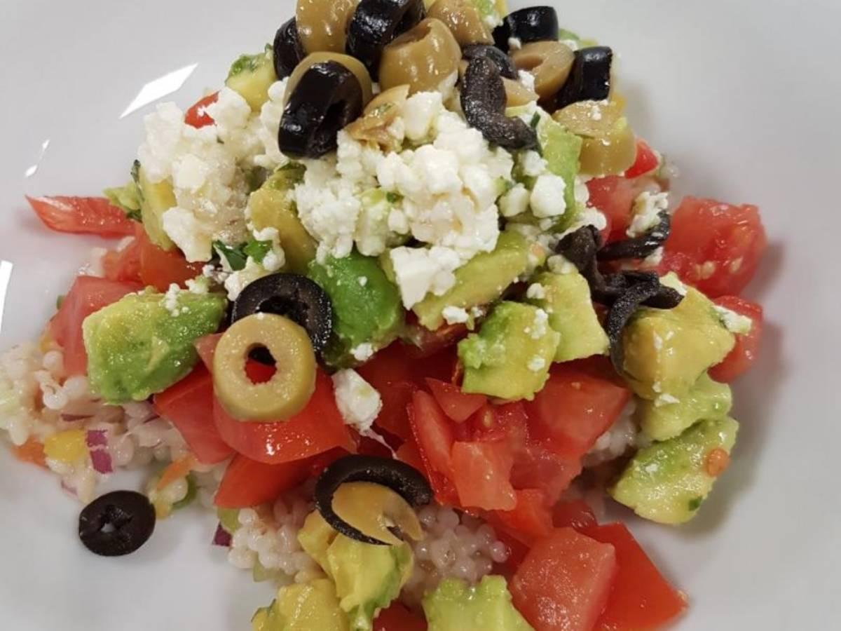 Tomaten- Graupensalat mit Avocado, Feta und Oliven