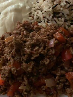 Griechische Hackfleischpfanne mit Reis und Zaziki