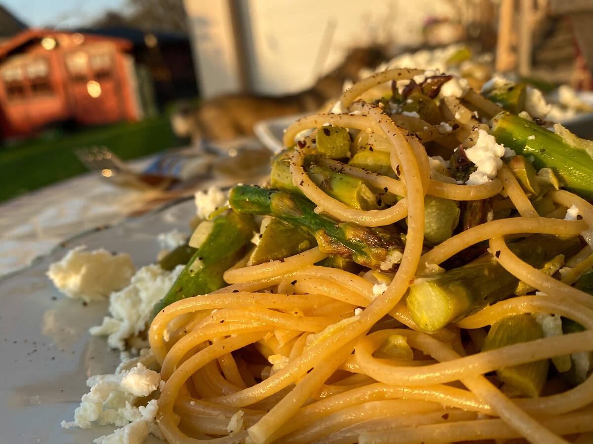 Zitronige Spaghetti mit grünem Spargel und Feta
