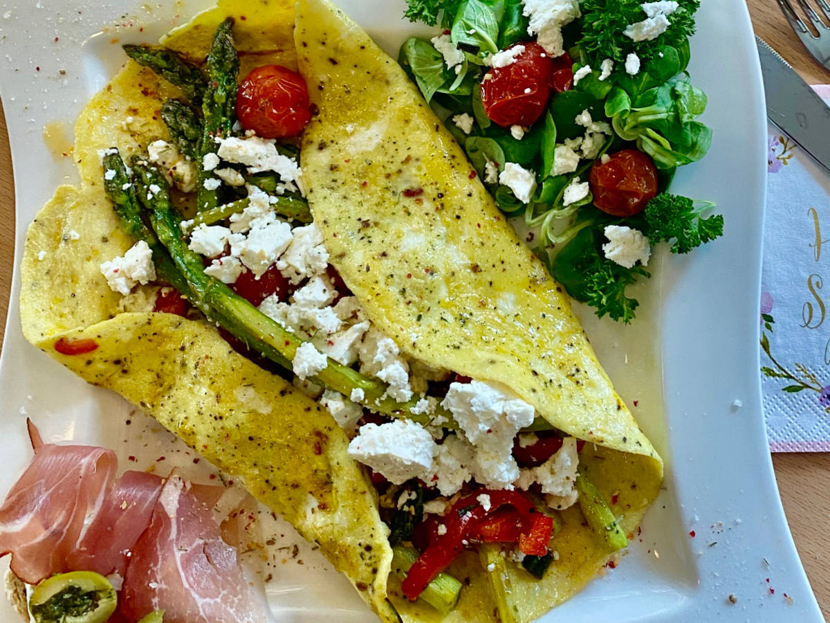 Omelett mit grünem Spargel, Tomate und Feta, Salat
