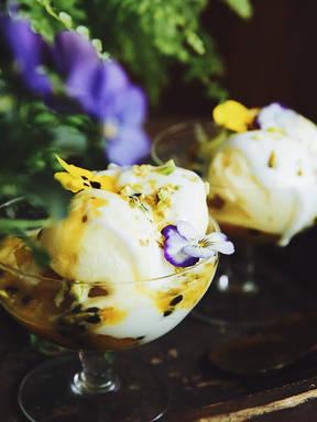 菠萝百香果冰淇淋杯