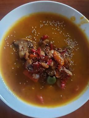 Curry Kürbissuppe mit mediterranem Topping