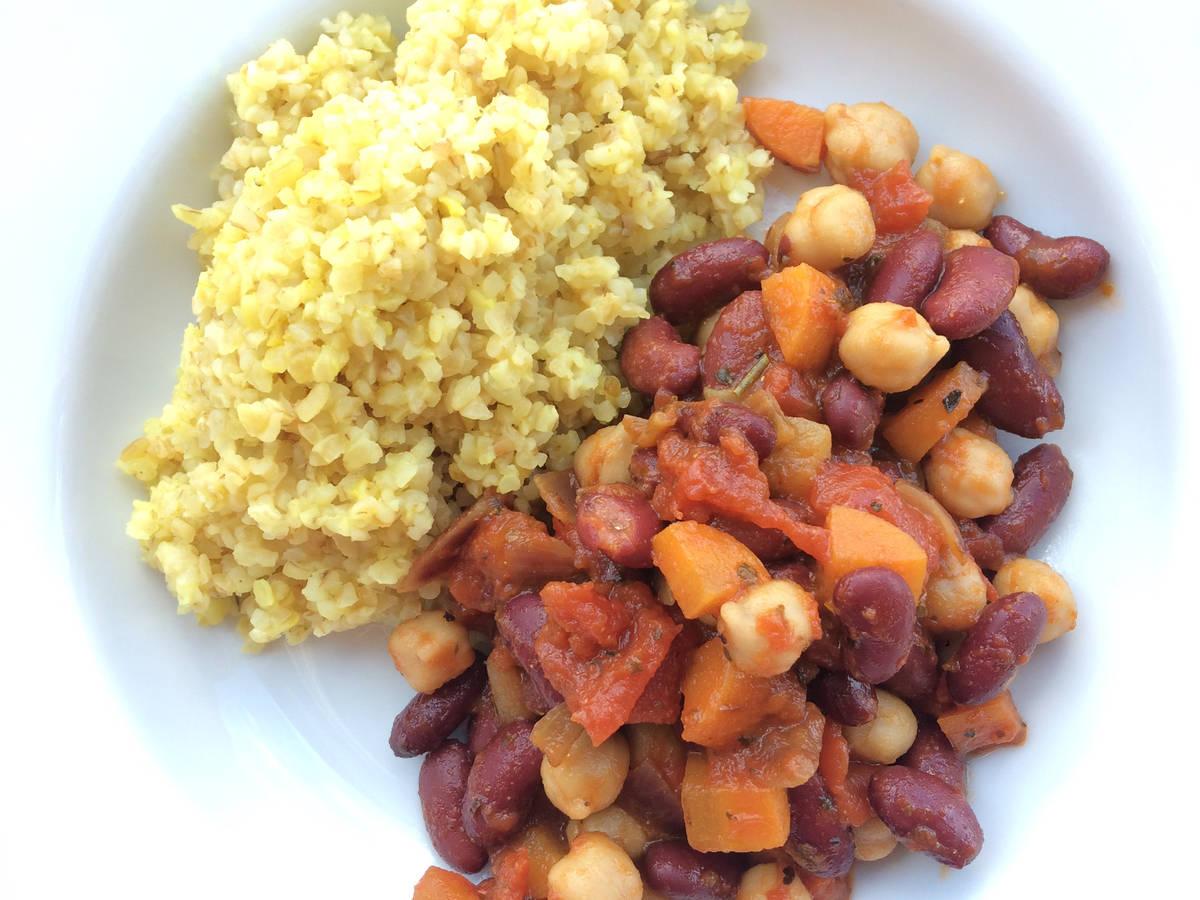 Bulgur with chickpeas and beans sauce