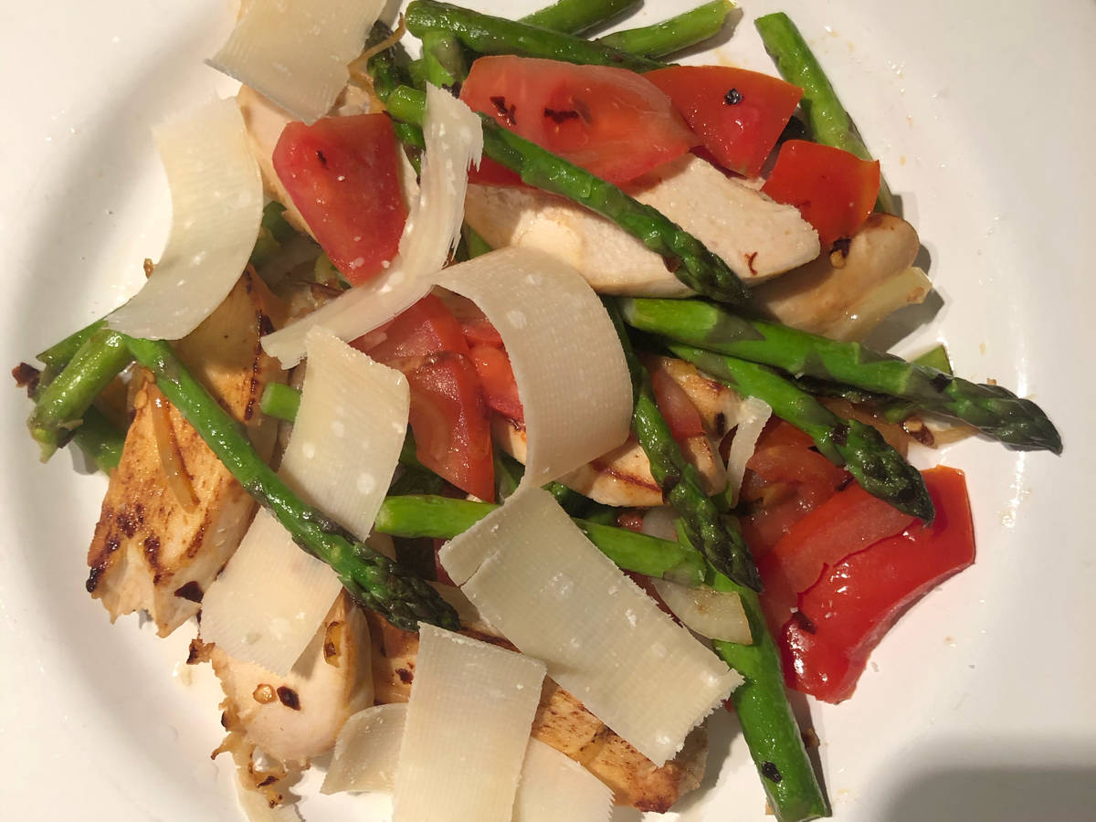 Asparagus salad with grilled chicken