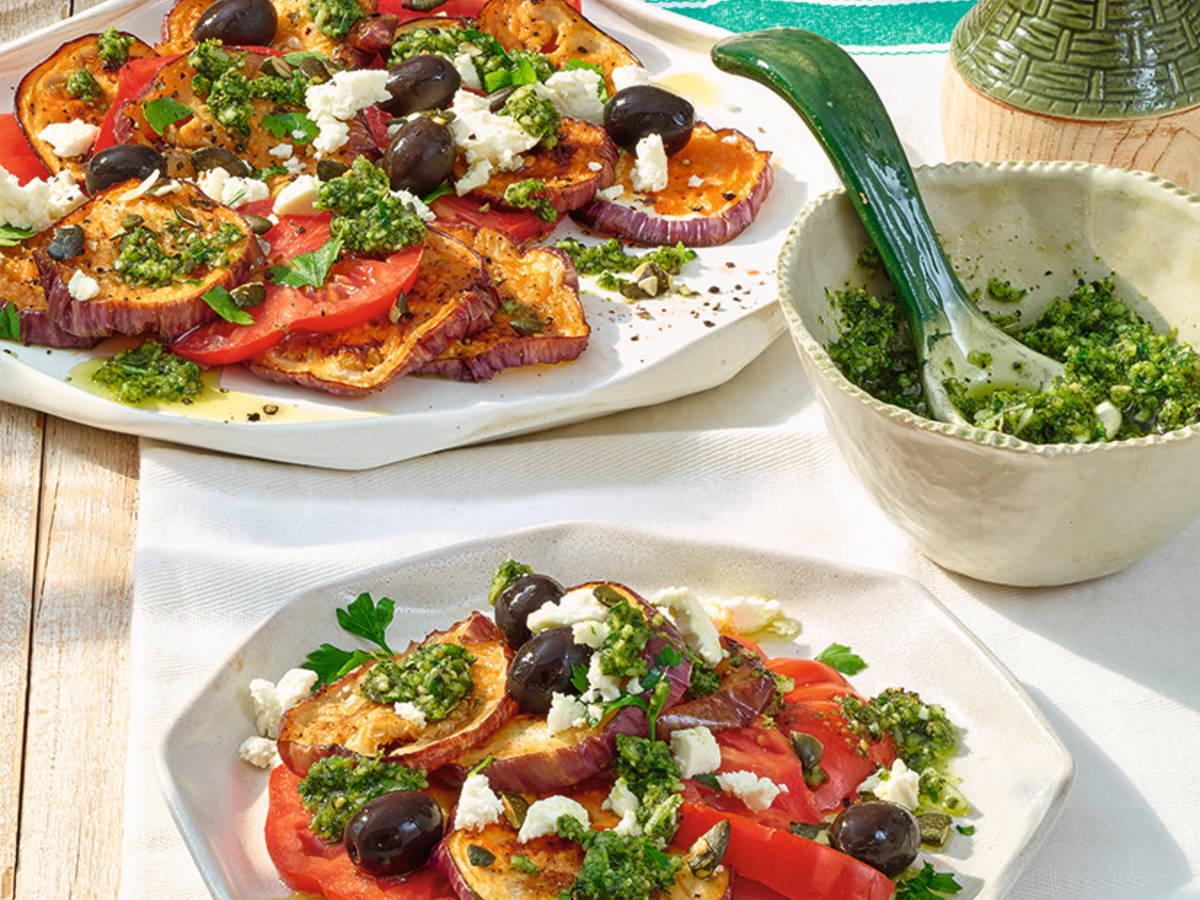 Auberginen-Tomatensalat mit Kürbiskern-Pesto