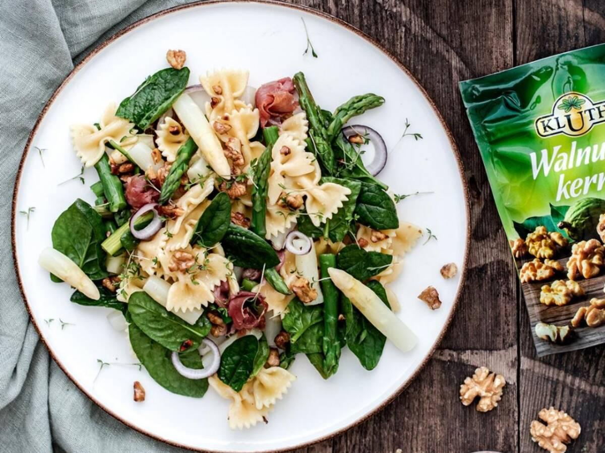 Spargelsalat mit Spinat und Walnüssen