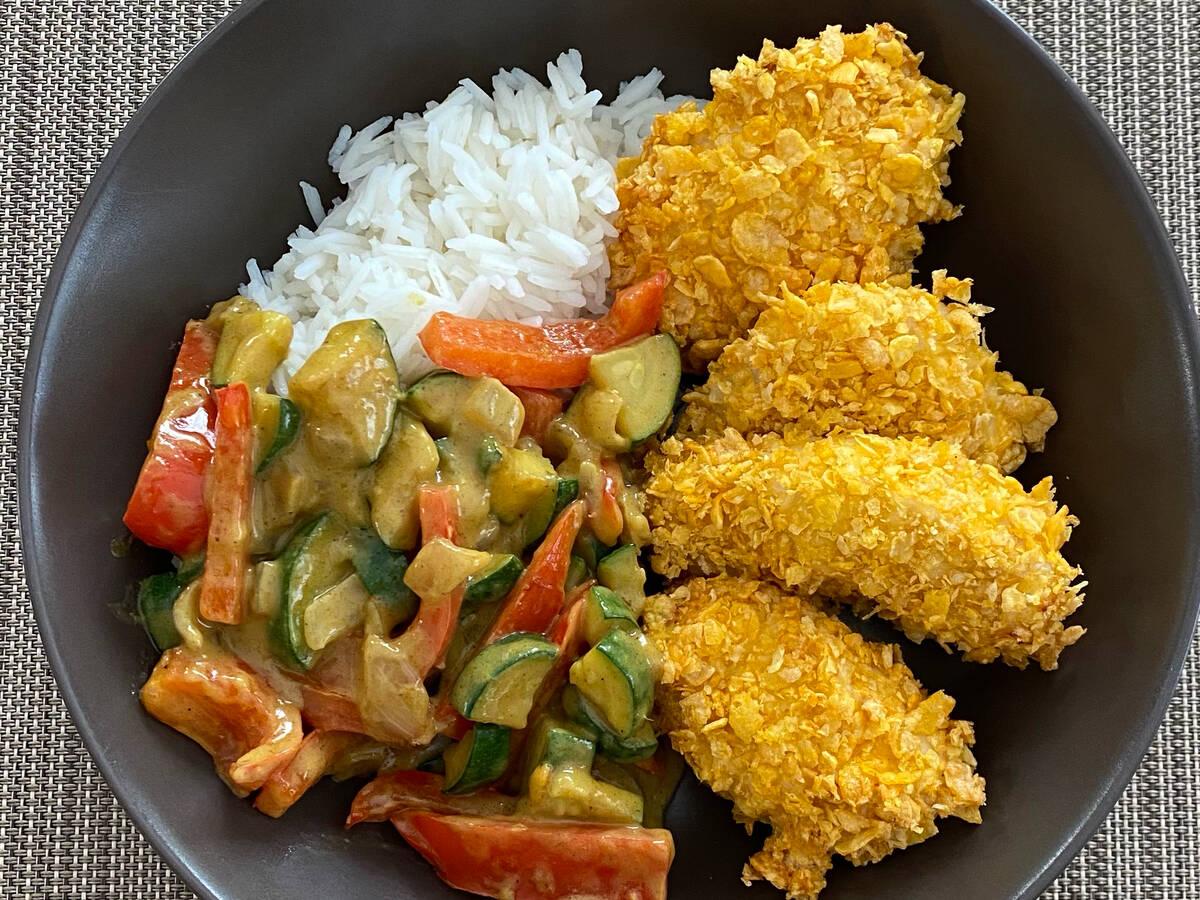 Knuspriges Hähnchen mit Curry Gemüse und Reis