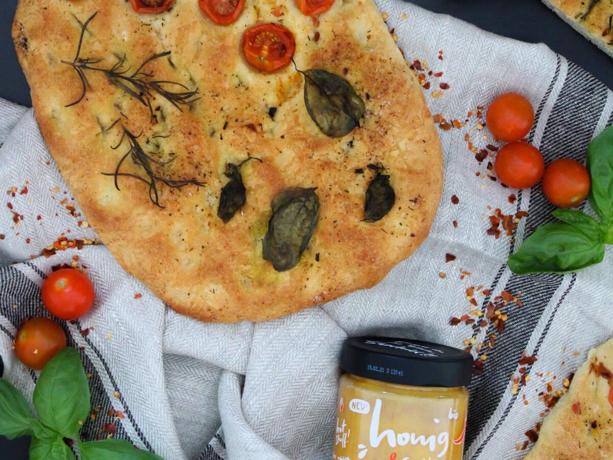 Scharfes Tomaten-Focaccia mit frischen Kräutern