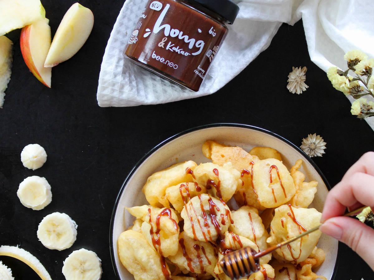 Gebackene Banane und Apfel mit Kakao-Honig