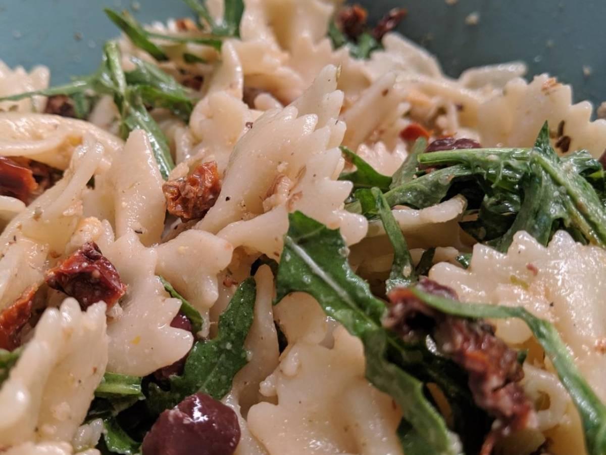 Nudelsalat mit Rucola und Walnüssen
