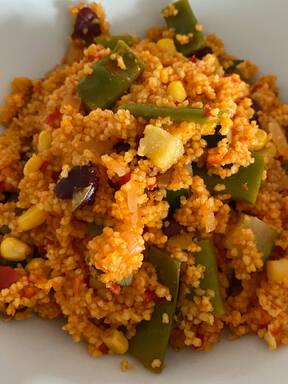 Gesunde Couscouspfanne mit Gemüse