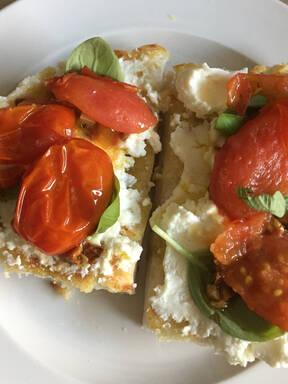 Gebackene Tomaten und Ricotta-Mozzarella Bruschetta