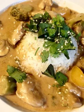 Rotes Curry mit einer Erdnuss Note