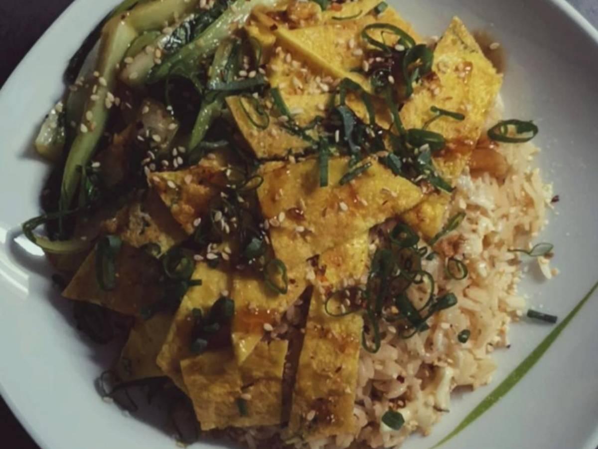 Reis mit Omelette und Pac choi