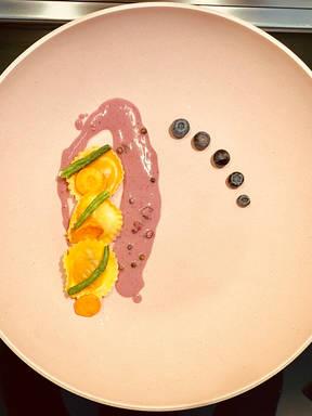 Salbeizitronenravioli & Heidelbeerweißweinpfeffersauce