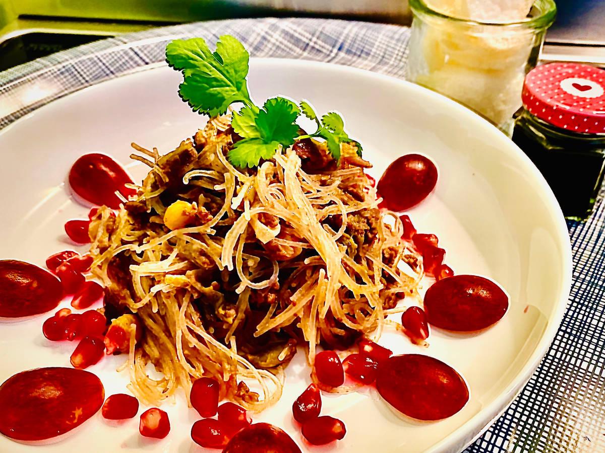 Asiatische Glasnudeln mit roten Früchten