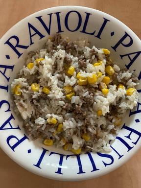 Reispfanne mit Hackfleisch, Feta und Mais