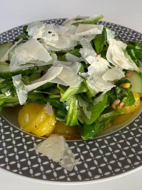 Vegetarische Bratkartoffeln mit Feldsalat und Parmesan