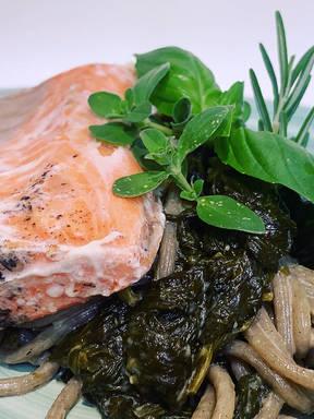 Grüne Nudeln mit Spinat und Sous-Vide Wildlachs
