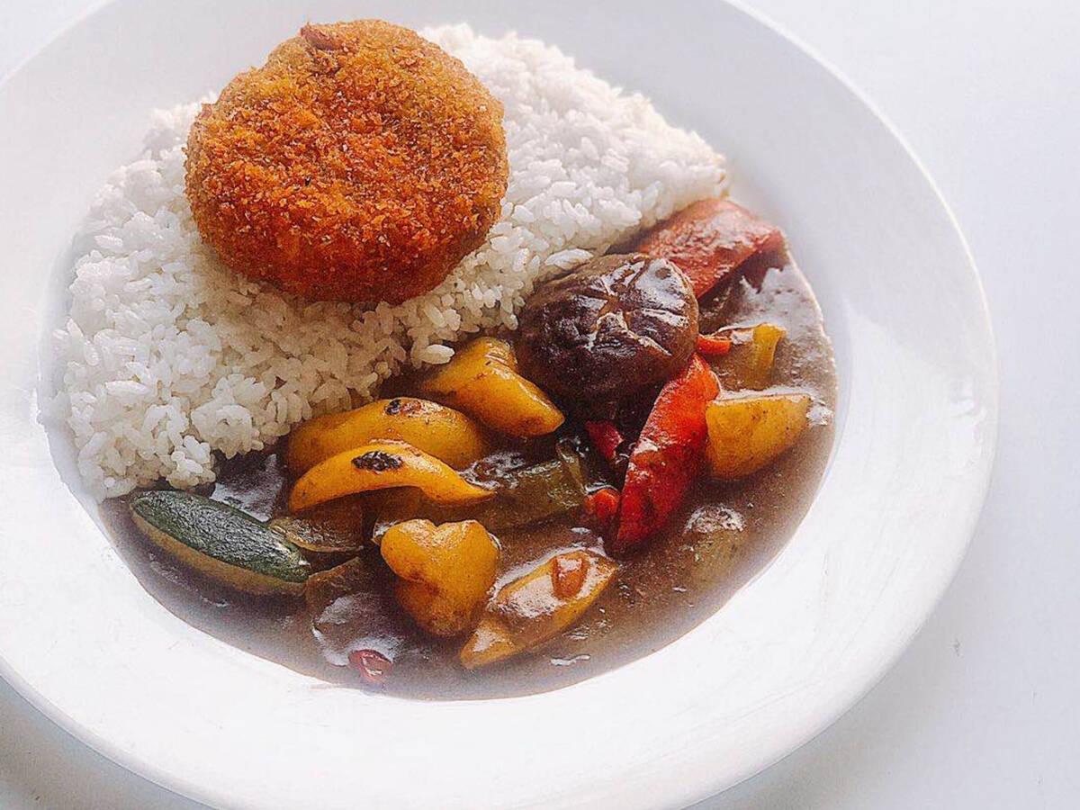 日式咖喱牛肉饼和咖喱蔬菜