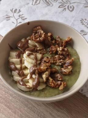 Matcha-Porridge mit Weizenkleie