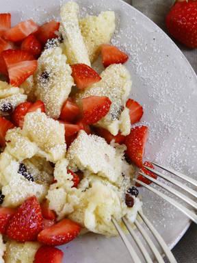 Veganer Kokos-Kaiserschmarrn mit Erdbeeren