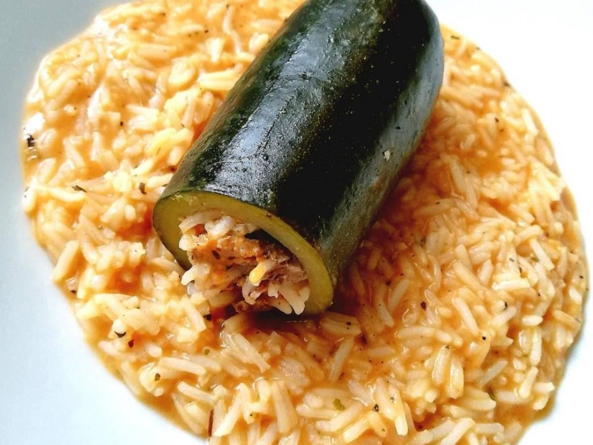 One-Pot gefüllte Zucchini mit Tomaten-Reis