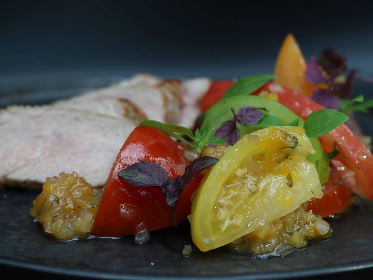 Kalbsrückensteak, Tomatensalat, Aprikosen-Chimichurri