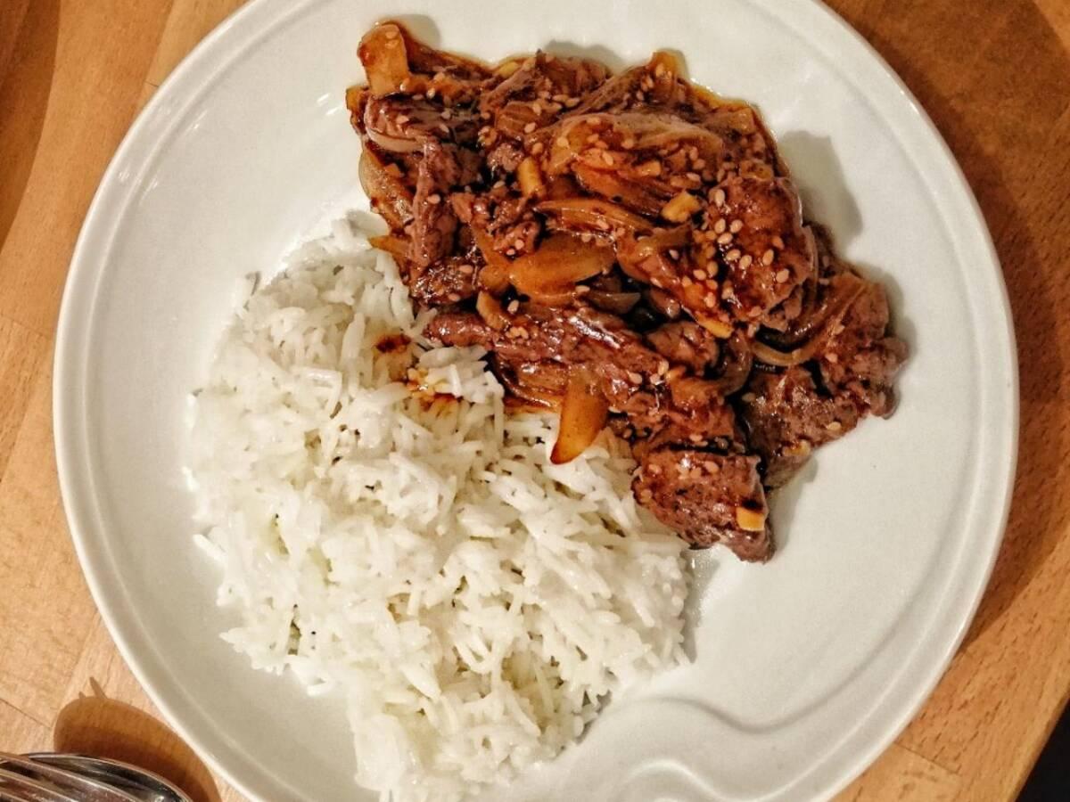 Gebratenes Rindfleisch mit Zwiebeln