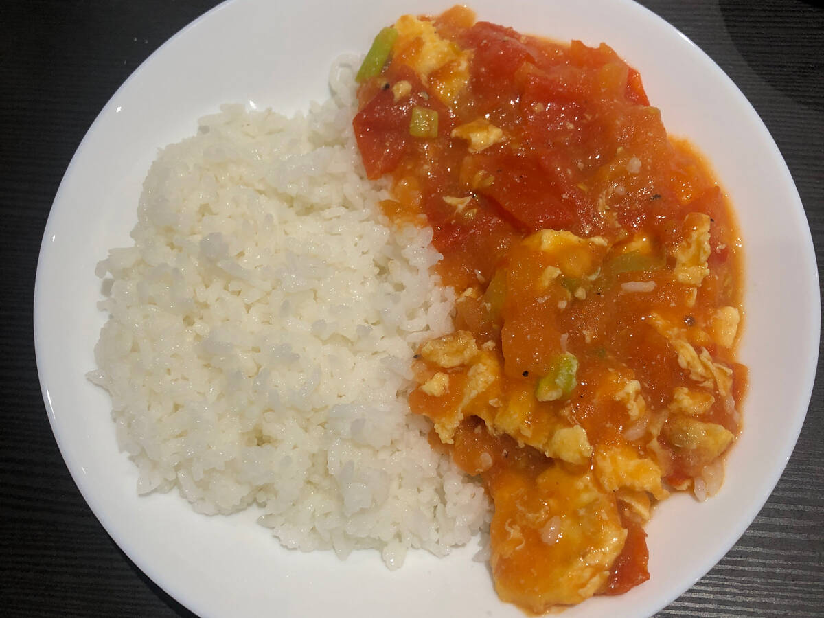 scrambled egg with tomato over rice