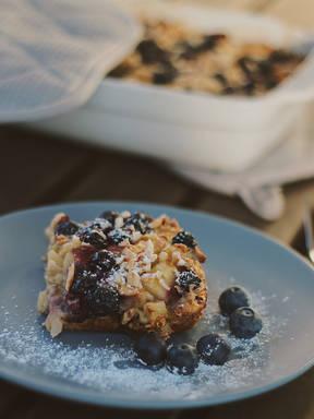 gesundes baked oatmeal mit Äpfeln und Blaubeeren