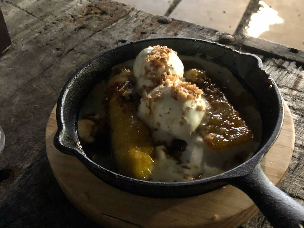 Fried banana caramel with ice cream