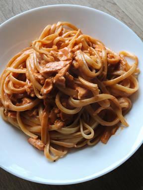 Lachsnudeln in Tomaten-Sahne-Sauce