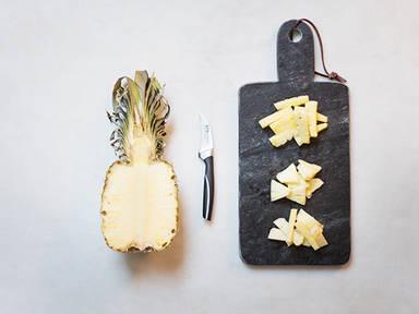 Ananas geschickt schneiden