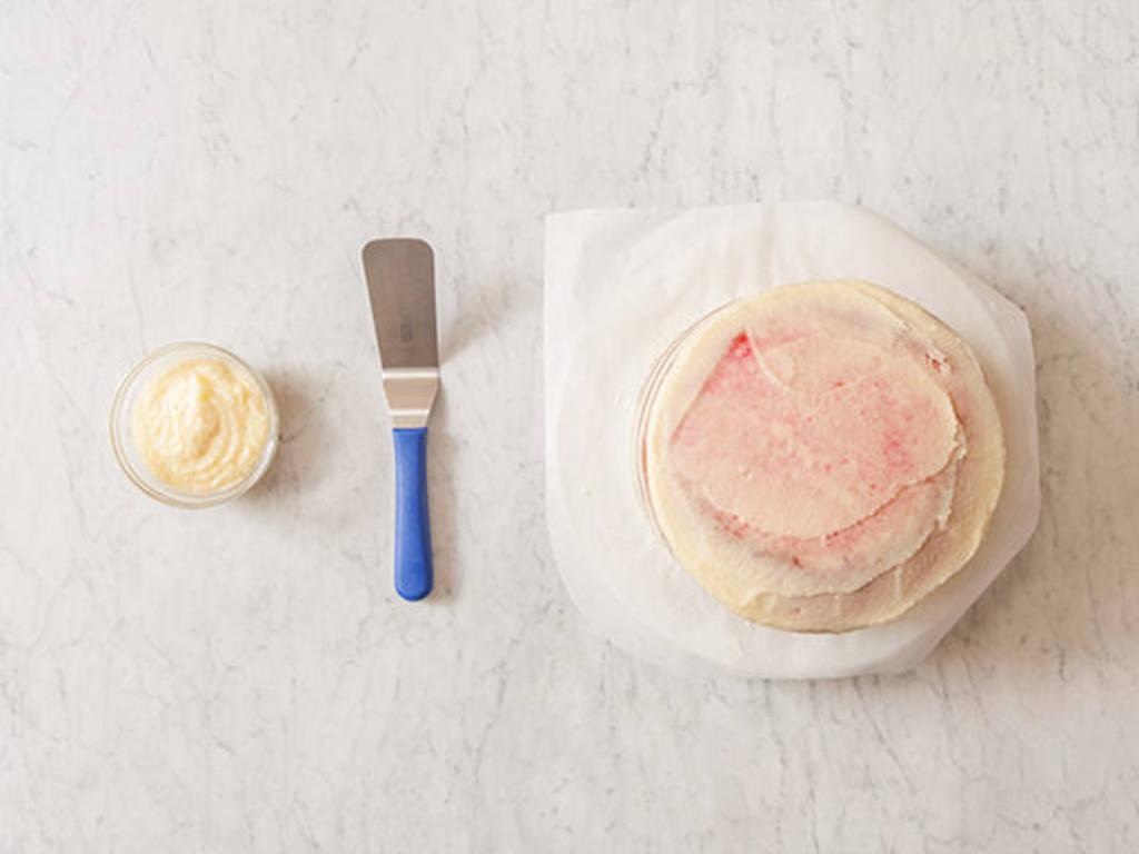 Torte mit Buttercreme überziehen