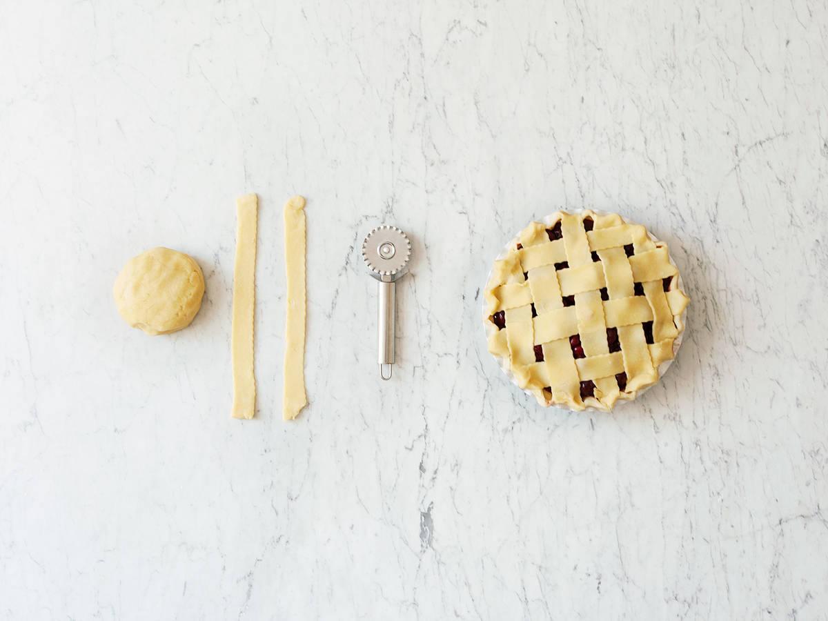 Dekorativer Kuchenrand und Teiggitter