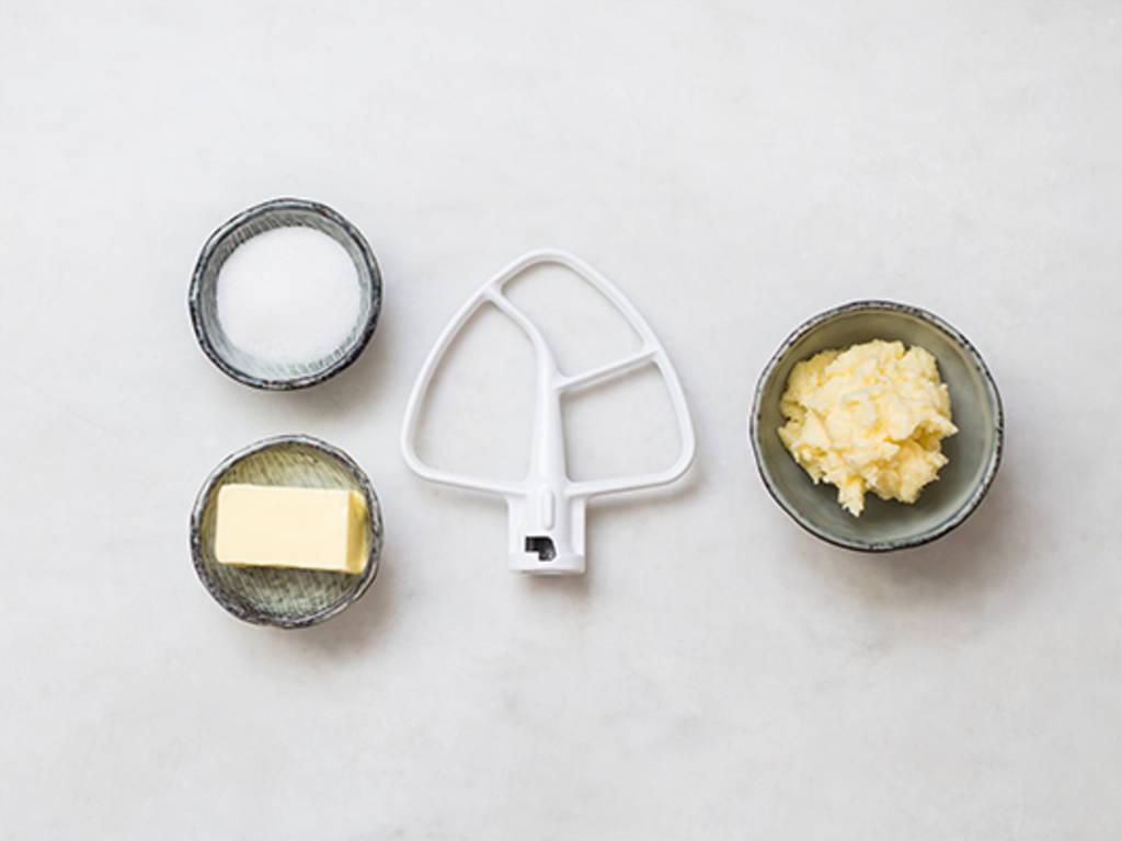 Butter und Zucker cremig schlagen