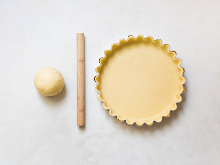 How to fit dough into a pie dish