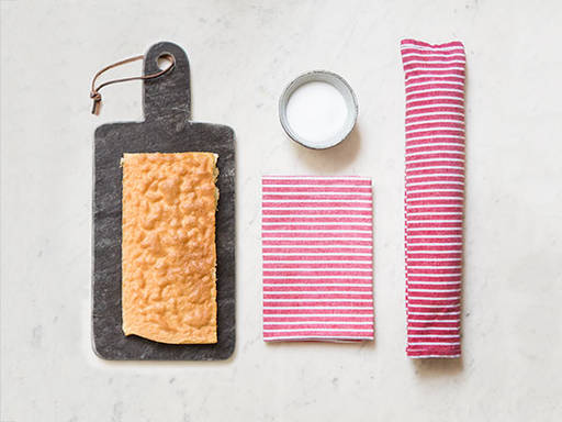 How to roll up sponge cake