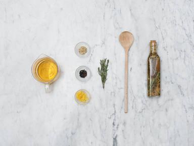 Hausgemachter aromatisierter Essig